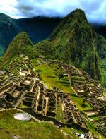 Ou para quem quer se aventurar também tem a opção de fazer uma caminhada de quatro dias e chegar a Machu Picchu pela