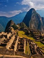 - Machu Picchu: que também é conhecida como cidade antiga dos Incas é uma cidade pré-colombiana bem conservada, localizada no topo de uma montanha, a 2400 metros de altitude, no vale do rio Urubamba, atual Peru. Para chegar até lá não é muito fácil, você pode a partir da cidade de Cusco pegar um trem, onde a viagem leva cerca de três a quatro horas, até chegar ao povoado de Águas Calientes. Neste local há micro-ônibus frequentes, que levam cerca de 30 minutos para chegar a Machu Picchu, pela rodovia Hiram Bingham.