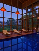 As instalações incluem piscina e um spa, além de uma decoração local linda!