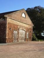 Há também prédios e armazéns do século XIX. Além de uma bodega subterrânea de 1830. Em cima da qual está o prédio onde funciona o restaurante, que serve parrilla, e uma sala de estar, onde se pode fazer degustações com tábuas de frios