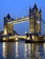 - Tower Bridge: A Ponte da Torre fica entre os distritos de Tower Hamlets e Southwark, ligando os dois lados da cidade de Londres através do rio Tâmisa. Como o nome diz, a Ponte da Torre tem duas torres que são conectadas por duas passarelas horizontais na parte superior. Um lugar legal de fazer um passeio para quem ainda não conhece Londres, e lá costuma a fazer um por do sol lindo!