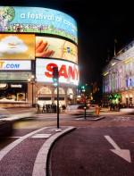 - Piccadilly: é uma das esquinas mais famosas de Londres. Ela fica no west end de Londres, no distrito de Westminster, conectando a rua Regent Street com a rua de Piccadilly. A Piccadilly Circus é um local perfeito para ponto de encontro, sendo também uma atração turística famosa com a estátua de Eros e os outdoors de neon nas fachadas dos prédios que ficam na praça de Piccadilly. Estação de Metrô: Piccadilly Circus.