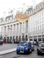 - Regent Street: Junto com a Oxford Street e Bond Street são as maiores ruas para compras em Londres. Lá você encontra de tudo e com preços bem acessiveis, é de enlouquecer! As principais lojas em Regent Street incluem: All Souls Church, Apple retail store, Austin Reed, Broadcasting House, Café Royal, Dickins & Jones, Hamleys e Liberty. Estação de Metrô: Oxford Circus