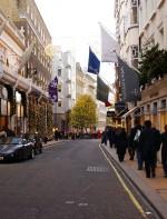 - Bond Street: é também uma ótima rua para se fazer compras, a Bond Street fica em Mayfair, um distrito luxuoso de Londres, entre as ruas de Piccadilly e Oxford Street. Ela é luxuosa e com lojas famosas como Prada, Dolce & Gabbana, Yves Saint Laurent e Hermès.