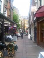 - Shepherd's Market: O mercado de Shepherd é uma área pequena no distrito de Mayfair em Londres. O mercado é bem antigo e hoje em dia ocupa uma pequena praça no exclusivo bairro de Mayfair, uma área distinta e luxuosa de Londres. Atualmente o mercado é famoso pelas suas boutiques, bares (pubs) antigos e restaurantes atraentes e aconchegantes. Existem também lojas especializadas em arte, jóias entre outras.  A estação de metrô mais perto de Sheperd's Market é Green Park.  Endereço: Shepherd Market, London W1J 7QU, Reino Unido http://www.shepherdmarket.co.uk/