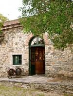 No mesmo caminho que leva à Narbona e à Irurtia, está a Los Cerros de San Juan, a bodega comercial mais  antiga do Uruguai. Começou a ser construída em 1869. Fazia parte de um complexo rural, com centenas famílias que praticavam uma economia auto-suficiente