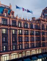 - Harrods: é a maior lojas de departamento e uma das mais famosas e luxuosas de Londres. Ela fica situada na rua Brompton Road no distrito de Knightsbridge em Kensington, uma região super elegante e glamurosa. Lá também se encontram vários bares e lojas de artigos de antiguidade raras.