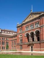 - Victoria and Albert Museum: O maior museu de artes decorativas e design, com uma coleção permanente superior a 4,5 milhões de objetos! Fundado em 1852 como South Kensington Museum, e desde essa data, mostram 5.000 anos de arte, desde os tempos antigos até ao presente. Aberto todos os dias das 10am até as 17:45pm. Cromwell Road, London