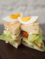 Club Sandwich com peito de frango, alface, ovo e tomate fresco.