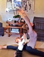 1385855814_gisele-bundchen-baby-yoga_2