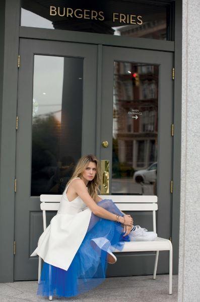 heleninha sentada banco branco